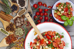 Slut upp tomatsallad i en bunke Arkivbild