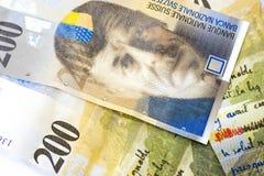 Slut upp två hundrean schweizisk francsedlar som valutabackgrou royaltyfria bilder