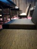 Slut upp tygstolar i mötesrummet fotografering för bildbyråer