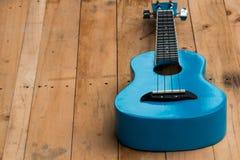 Slut upp ukulelen på träbakgrund Fotografering för Bildbyråer