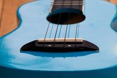 Slut upp ukulelen på träbakgrund Arkivbilder