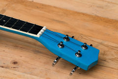 Slut upp ukulelen på träbakgrund Arkivfoton