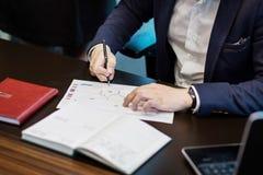 Slut upp undertecknande dokument för affärsman Affärsmannen undertecknar a Royaltyfri Bild