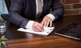 Slut upp undertecknande dokument för affärsman Affärsmannen undertecknar a Royaltyfria Bilder