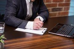 Slut upp undertecknande dokument för affärsman Affärsmannen undertecknar a Arkivfoton