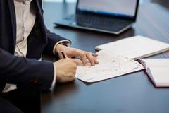 Slut upp undertecknande dokument för affärsman Affärsmannen undertecknar a Arkivfoto