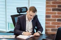 Slut upp undertecknande dokument för affärsman Affärsmannen undertecknar a Arkivbild