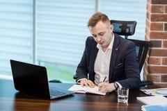 Slut upp undertecknande dokument för affärsman Affärsmannen undertecknar a Royaltyfri Foto
