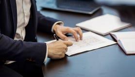 Slut upp undertecknande dokument för affärsman Affärsmannen undertecknar a Royaltyfria Foton