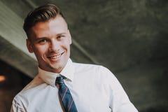 Slut upp ung affärsman med säkert leende royaltyfria bilder