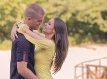 Slut upp unga vuxna par som kramar 20-tal Arkivfoton