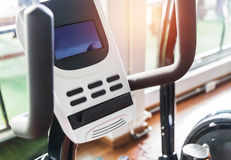Slut upp utrustning för motionscykel för kontroll för skärm för digital skärm i konditionrum royaltyfri foto