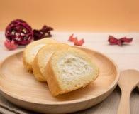 Slut upp vaniljkakarulle i trämaträtt på trätabell- och apelsinbakgrund med kopieringsutrymme Royaltyfri Fotografi
