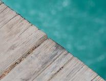 upp vinkelsikt av bron över snöMeltliten vik Arkivbild