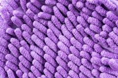 Slut upp Violet Microfiber Cleaner Glove Arkivfoto