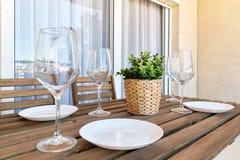 Slut upp vita tomma plattor och vinexponeringsglas arkivfoto
