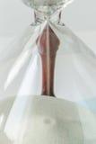 upp vitt flöda för sand av tappningträtimglaset på vit Royaltyfria Foton