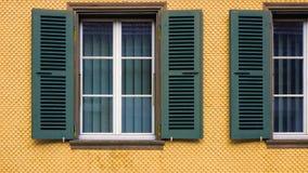 Slutare och fönster Arkivbilder
