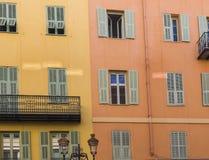 Slutare och Windows på färgglade hus i Nice, Frankrike arkivbilder