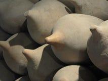 Sluten av forntida amphorae i museet royaltyfri fotografi