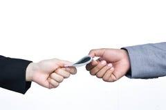 Slutet av affärsmannen räcker hållande pengar Arkivbild