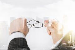 Slutet av affärsmannen räcker upp hållande exponeringsglas Fotografering för Bildbyråer