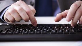Slutet av affärsmannen räcker upp maskinskrivning på tangentbordet stock video