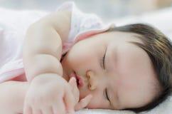 Att sova behandla som ett barn flickan Royaltyfri Foto