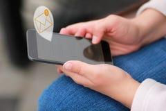 Slutet av att bläddra för händer för kvinna` s svärtar upp den smarta telefonen och läsning alla mejl för att nå inbox noll Arkivfoto