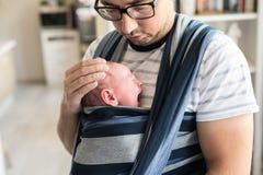 Slutet av barn avlar upp med hans son i rem royaltyfria bilder