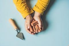 Slutet av barn` s räcker upp att spela med verkliga små lerategelstenar på Arkivfoton