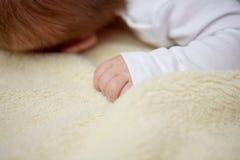 Slutet av behandla som ett barn upp att ligga på den mjuka päls- filten Arkivfoton