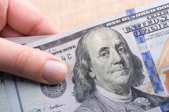Slutet av Benjamin Franklin vänder mot upp på US dollar Arkivfoton