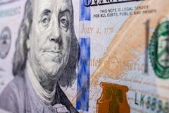 Slutet av Benjamin Franklin vänder mot upp på US dollar Arkivbilder