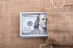 Slutet av Benjamin Franklin vänder mot upp på US dollar Arkivfoto