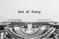 Slutet av berättelsen, texten skrivas på en tappningskrivmaskin arkivbilder