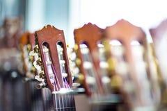 Slutet av den akustiska gitarren hånglar upp på oskarp bakgrund Royaltyfri Foto