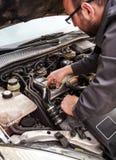 Slutet av den auto mekanikern öppnar upp det olje- locket Arkivfoto
