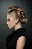 Slutet av den blonda kvinnan med danar upp frisyren Royaltyfri Foto