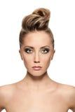 Slutet av den blonda kvinnan med danar upp frisyren Arkivbilder