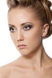 Slutet av den blonda kvinnan med danar upp frisyren Royaltyfri Fotografi