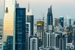 Slutet av den Dubai affärsfjärden står högt upp på solnedgången Scenisk modern arkitektur Arkivbild