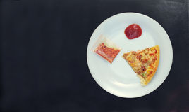 Slutet av den enkla skivan av chiken upp havrepizza med tomatketchu royaltyfri bild