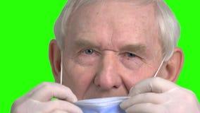 Slutet av den gamla doktorn satte upp maskeringen på framsida stock video