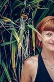 Slutet av den halva framsidaståenden av den unga härliga kvinnan på gröna blad drar tillbaka upp Tropisk ö Bali, Indonesien härli Royaltyfria Foton