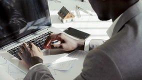 Slutet av den svarta affärsmannen för barn räcker upp maskinskrivning på bärbar datordatortangentbordet i det vita moderna kontor arkivfilmer