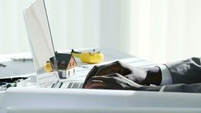 Slutet av den svarta affärsmannen för barn räcker upp maskinskrivning på bärbar datordatortangentbordet i det vita moderna kontor stock video