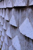 Slutet av djupperspektivet av den yttre väggen för gamla violetblått med triangeln 3d formar upp detaljer Royaltyfria Bilder