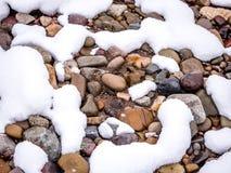 Slutet av floden vaggar upp och snö Royaltyfri Foto