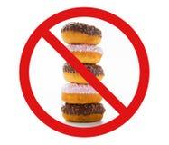 Slutet av glasade donuts traver upp bak inget symbol royaltyfria foton